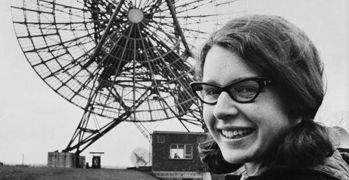 Fig. 1 - Jocelyn Bell ritratta nel 1968 all'Osservatorio Radio-Astronomico Mullard dell'Università di Cambridge. Credit: National Media Museum – Science & Society Picture Library.