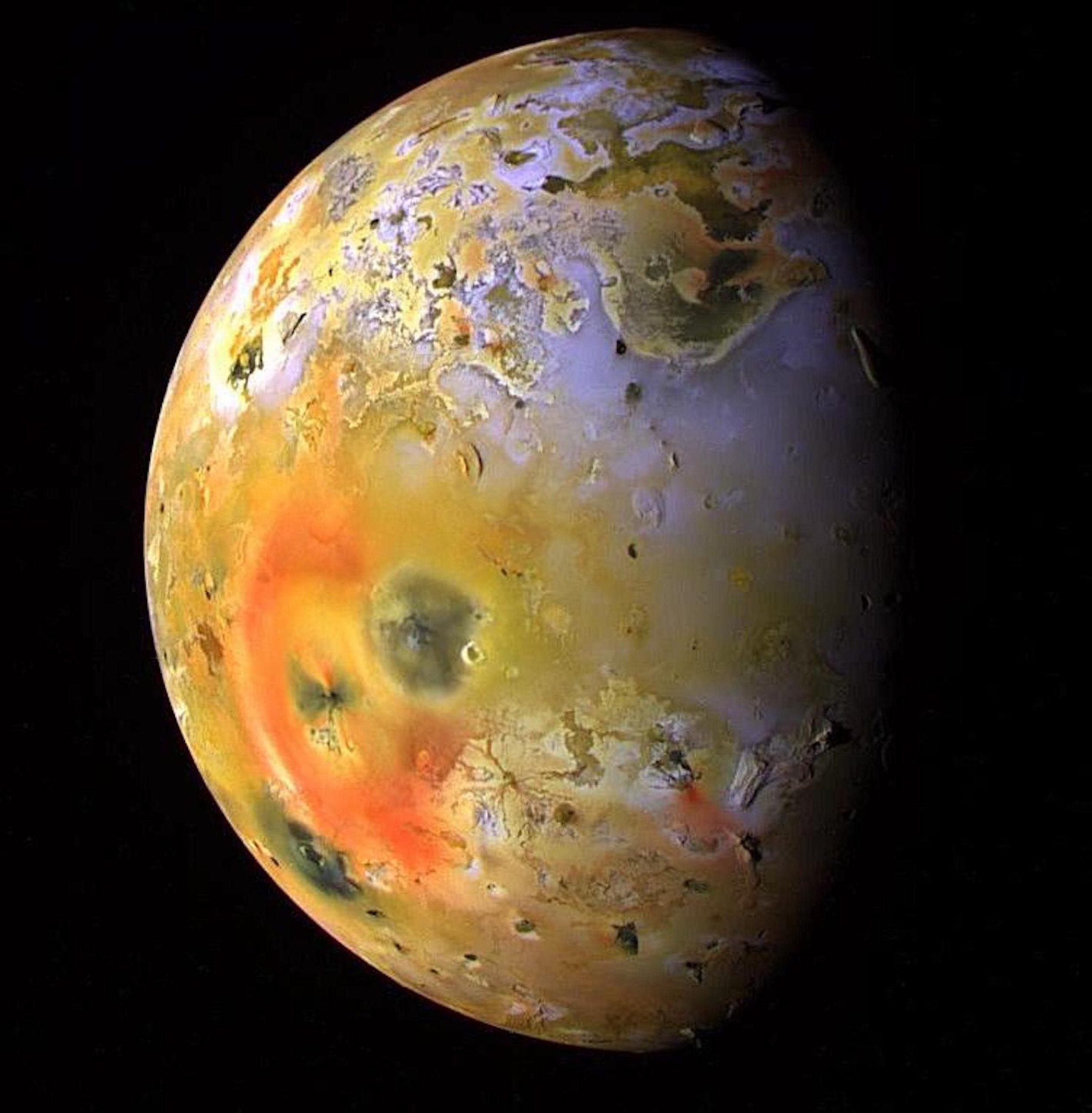 Figura 5: una delle lune maggiori di Giove, Io, fotografata dalla sonda Galileo nel bel mezzo di un'eruzione vulcanica. (NASA/JPL – University of Arizona). I colori vivaci sono dovuti allo zolfo e ai sui composti prodotti dall'intenso vulcanismo, alimentato dall'attrito delle forze mareali esercitate da Giove e dalla risonanza orbitale con Europa e Ganimede.